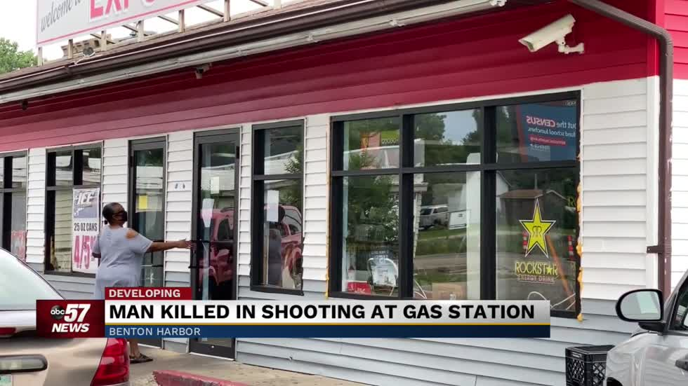 Detectives investigating homicide at Benton Harbor gas station