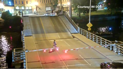 Wisconsin bicyclist falls into gap on lift bridge, bystanders step in to help