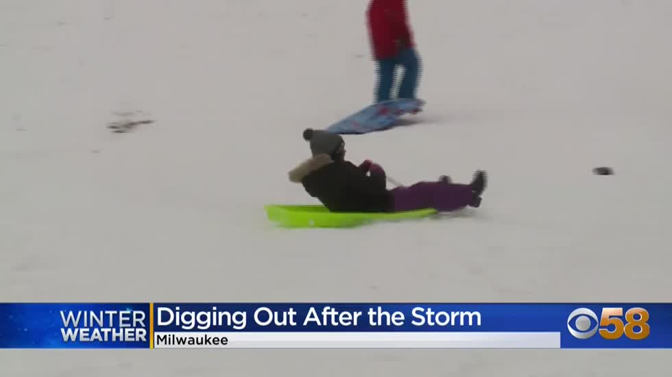 Milwaukeeans help clear sidewalks and snowed-in cars after first major winter storm