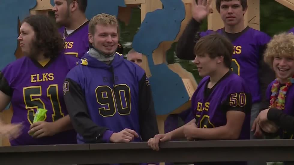 Elkhorn football player stands on sideline weeks after concern he wouldn't walk again