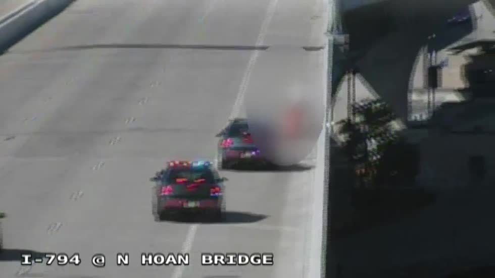 Milwaukee County Sheriff's Deputies rescue suicidal man from Hoan Bridge