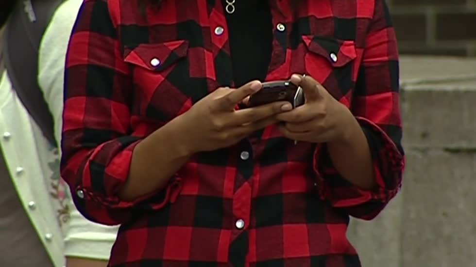 "Proposed ordinance to fine students for cell phone use ""crashed and burned"""