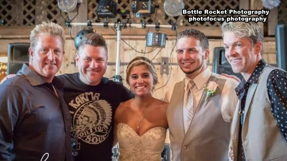 Rascal Flatts surprises Wisconsin couple for first dance