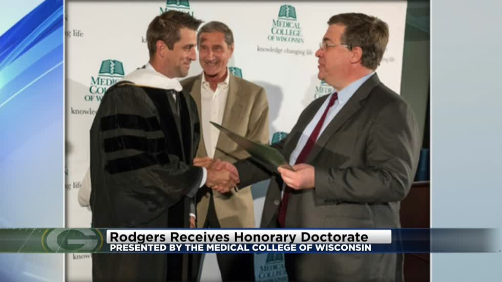 Aaron Rodgers given honorary doctorate degree from Medical College of Wisconsin