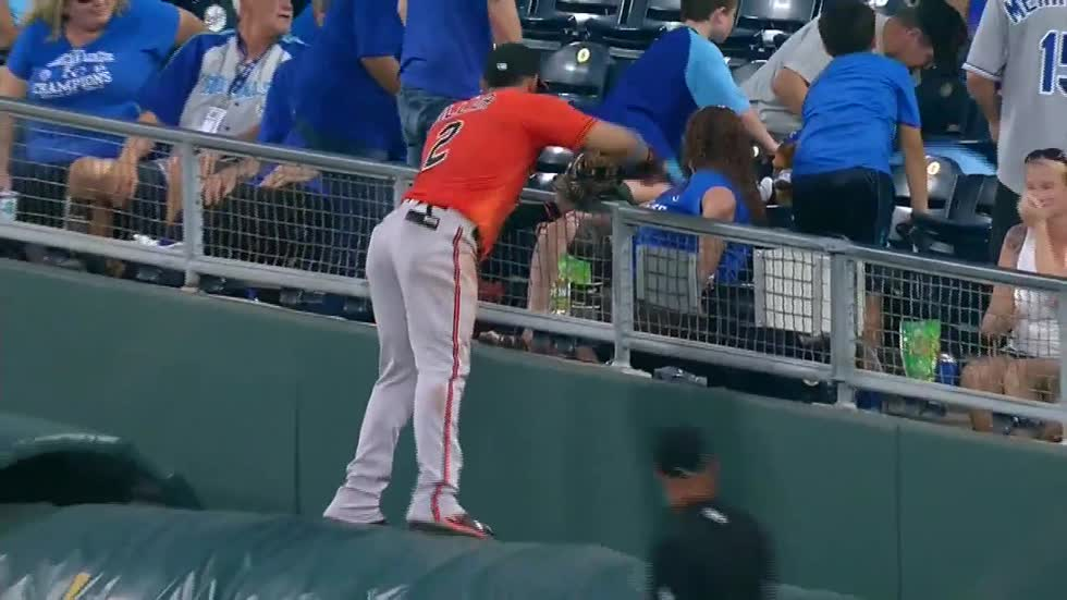 """Jonathan just snuck a snack:"" Former Brewers player grabs snack from fan during game"