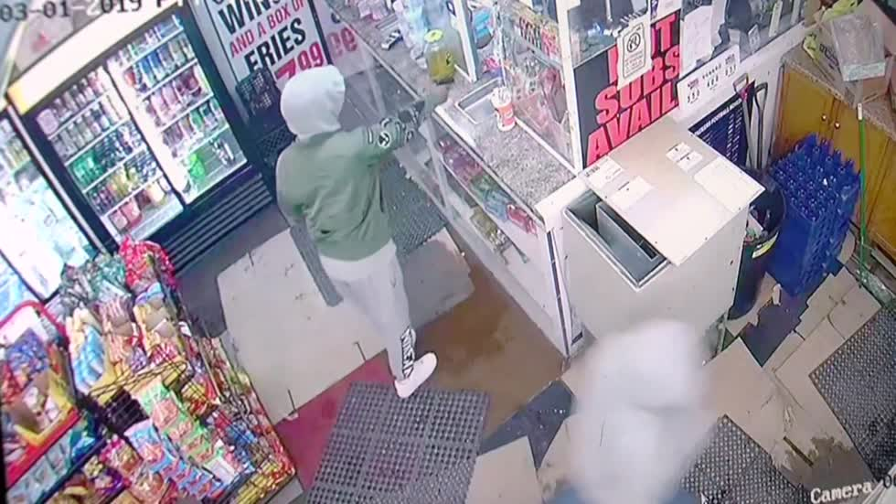 Thief caught on camera shooting Milwaukee clerk during armed robbery