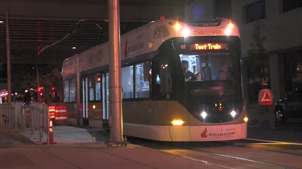 Overnight Milwaukee streetcar testing underway along St. Paul Avenue