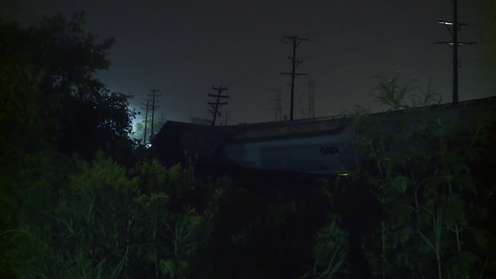 Train derails in Wauwatosa near 124th and Feerick